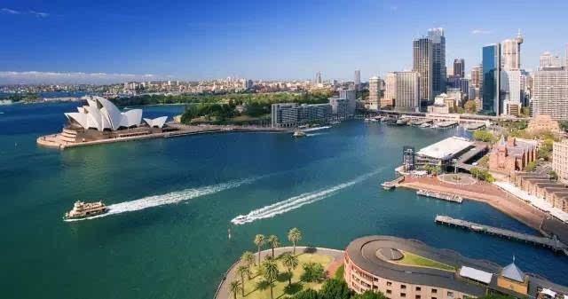 搭乘国际航班飞往澳大利亚悉尼.