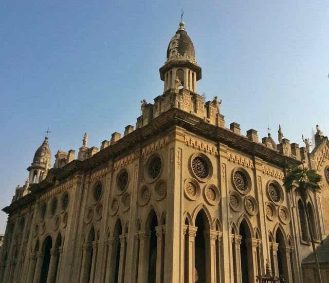 位于江汉路和沿江大道交汇处,东南临长江,是武汉市标志性建筑之一图片