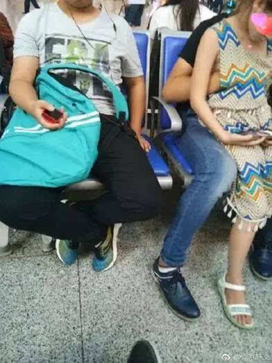 抠妹妹骚逼_知名作家曝光一小伙南京南站当众猥亵小女孩,抠摸其胸口