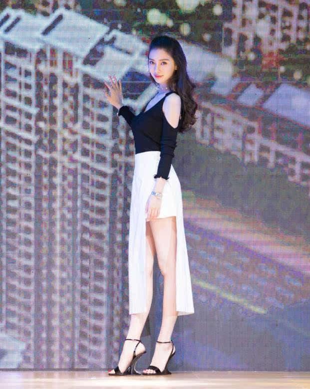 明星穿一字带凉鞋-Angelababy黑白配衣服是美,可是鞋子好奇怪啊