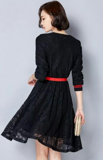 短t+黑色背带裙,时尚气质