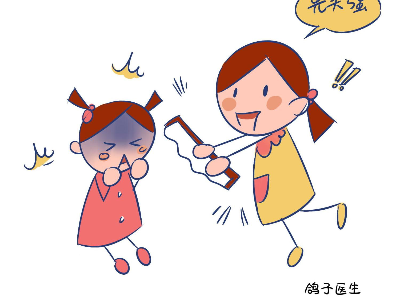 10岁女孩模仿动画人物拿电锯割妹妹!