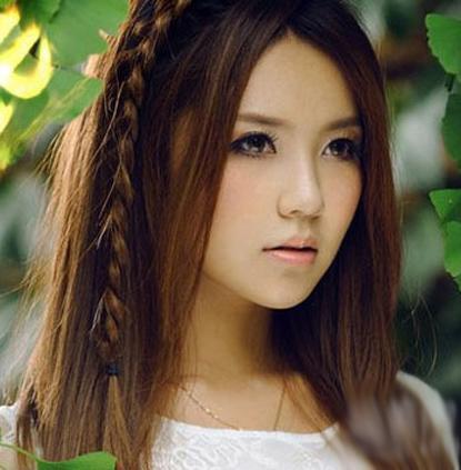 简约清爽的马尾发型+露额的刘海编发点缀新鲜浪漫而又凸显了时尚气息.图片