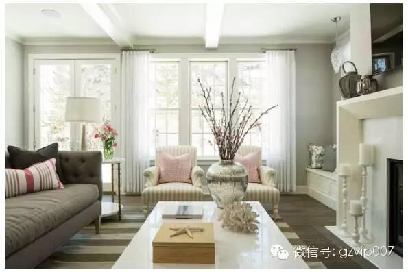 现代简约客厅吊顶装修效果图,这样简约的白色吊顶设计是不是你的风格呢?是不是与客厅整体的设计很相配。
