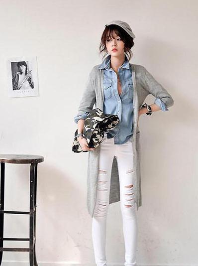 搭配要点:浅灰色长款针织开衫+浅蓝色长袖牛仔衬衫