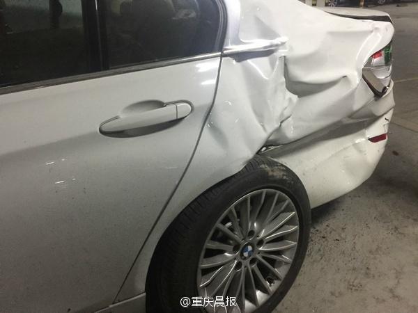 重庆奔驰女司机 撞坏保安亭又撞8车