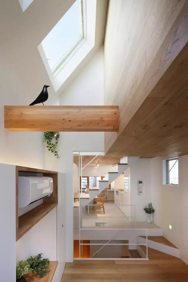 白色门搭配楼梯图片