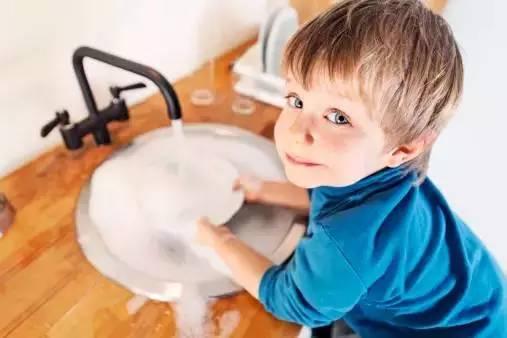 做家务劳动有助于手部的骨骼和肌肉的发育,也有助于大脑顶叶和额叶