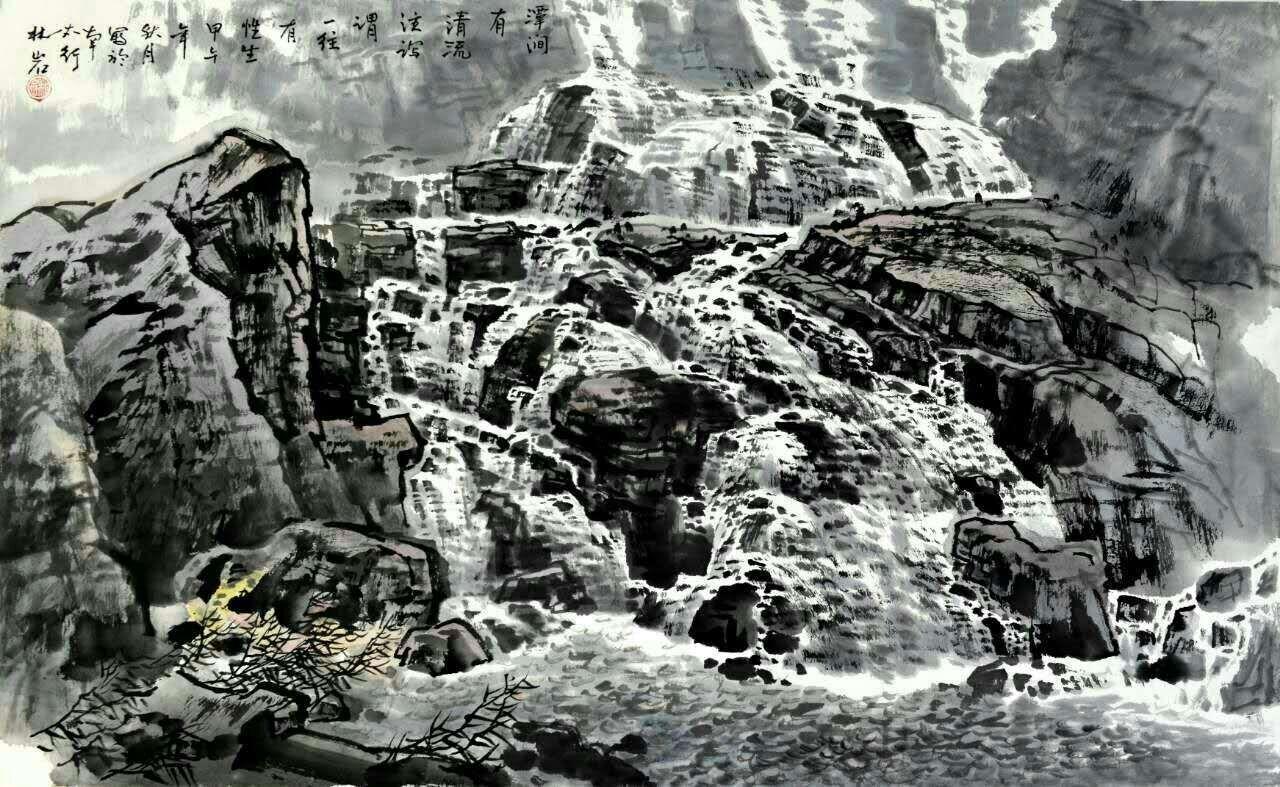 解读林岩的作品,对于山水两大主体,他是下了不少功夫。接下来我们重点谈谈,他在水上都做了什么样的努力。儒家有言,智者乐水、仁者乐山,其实都是在讲,道法自然,道是一种意识表达,落在纸上,就是烟雾的渲染,水的表达,就是内敛、散淡的境界,也是文人表达情感的一种真实体现,所以要想创作好的作品,一定要与自我发生关系。山不在高,有水则灵,所以画水的技法能表达好,会对整个画面起到事半功倍的效果。水随山形与气流而变,譬如《含翠倩影》在山石、村野、茂林之间的变,构成了画图的丰富含义,在绘画语言上,就是要讲究透