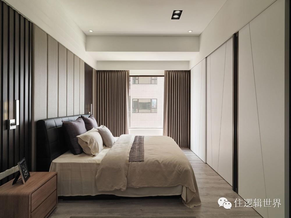 条形软包床头背景与生态木护墙板的纹路成为平行线