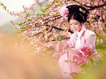阳春三月,人面桃花相映红