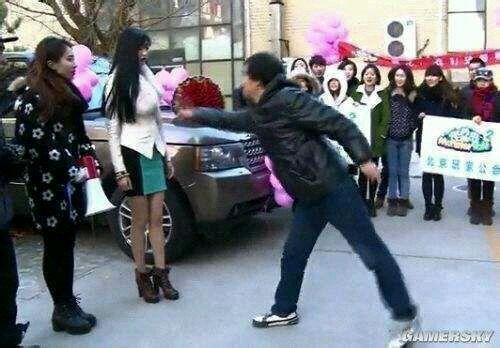 女子开路虎向男子求婚被拒绝图片 宅男拒绝女土豪求婚真相