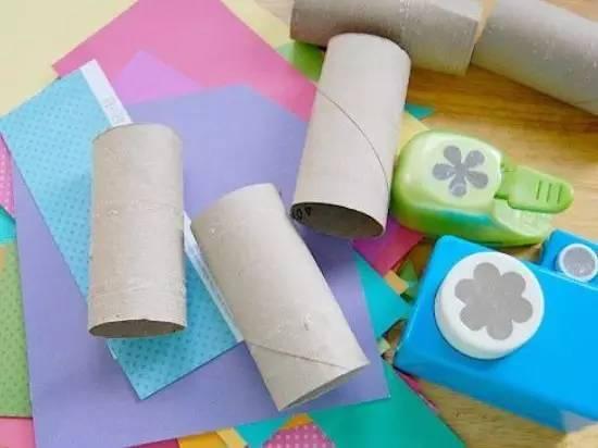 2,彩纸剪出蝴蝶翅膀的形状,贴上色彩丰富的小花朵;贴在卷纸筒