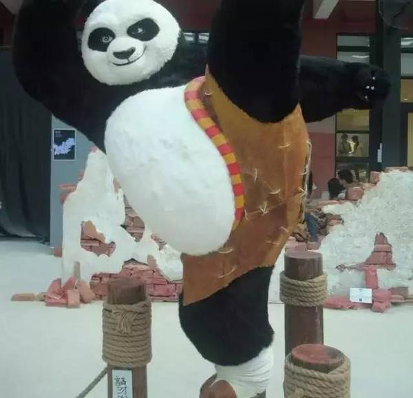 首届儿童创意树叶粘贴画大赛的获奖作品展现给游客