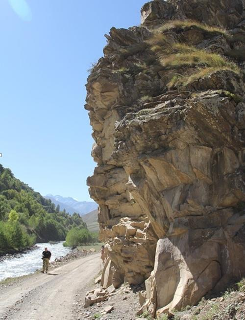 山上突降巨大石蛋,专家鉴定后发现隐藏数万年秘密