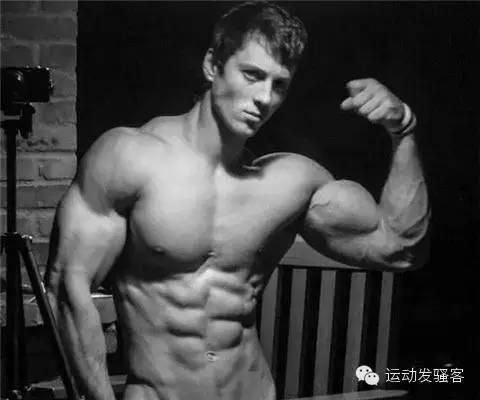 美国小伙健身5年战胜病魔,变身筋肉男神
