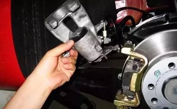 汽车刹车助力泵的原理_刹车助力泵原理动图