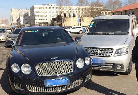 郑州面包车撞上宾利被判全责 司机 卖了我的车也不够赔