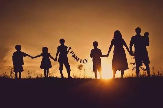 夕阳下的背影~我们是幸福的一家人!