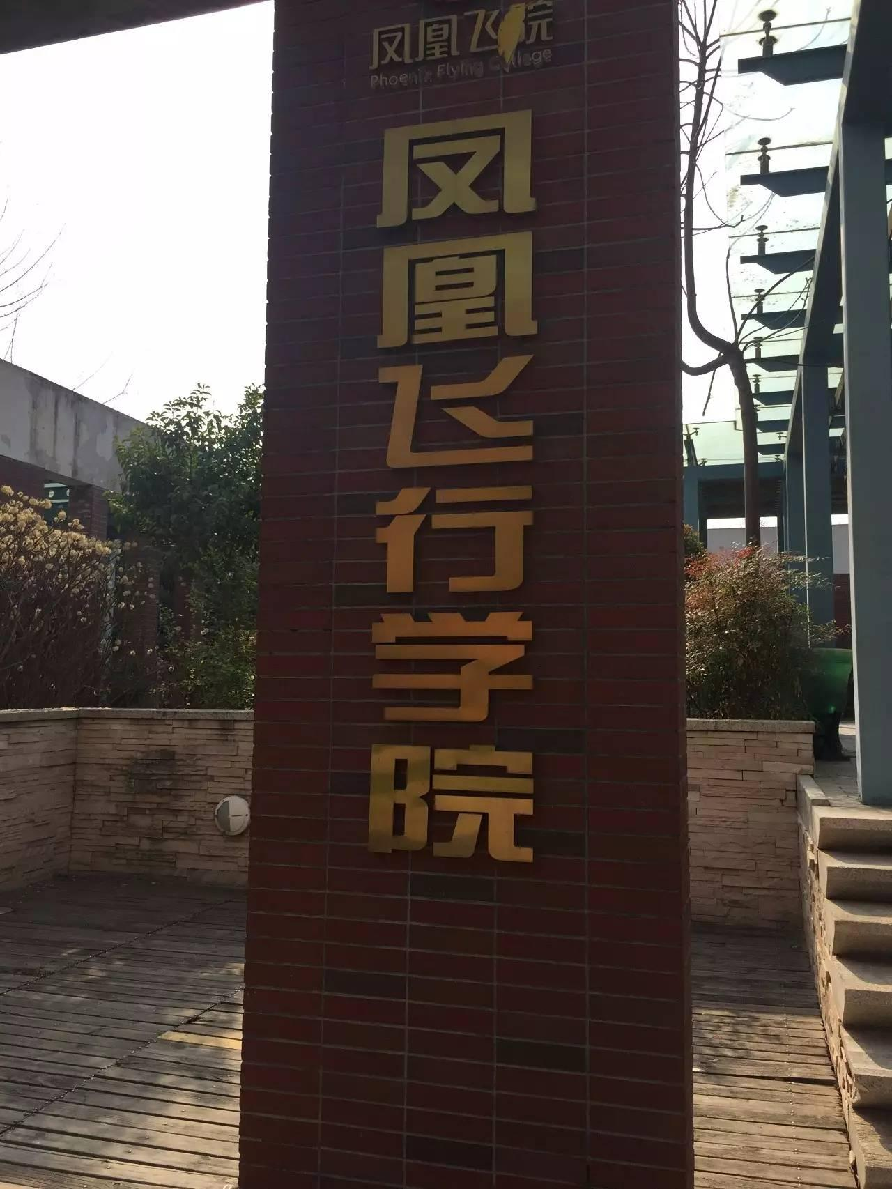 一架小型飞机在宝鸡千阳县田间坠毁,机上两人
