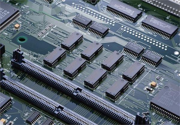 集成电路概念与意义   集成电路英文名为Integrated Circuit,缩写为IC,它把一定数量的常用电子元件,如电阻、电容、晶体管等,以及这些元件之间的连线,通过半导体工艺集成在一起的具有特定功能的电路,又可被称为芯片或半导体。   作为电子信息产业的重要元器件,集成电路对电子信息产业经济以及国家信息安全都有十分重要的意义。前者以手机芯片为例,芯片在手机制造中占据了极大的成本,如iPhone 6s的物料成本约为234美元,其中芯片成本为127.