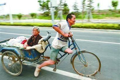 牛车老相片-不看这些照片,都不知道我们中国 14.【 火车站台上,两位老兄弟的图片
