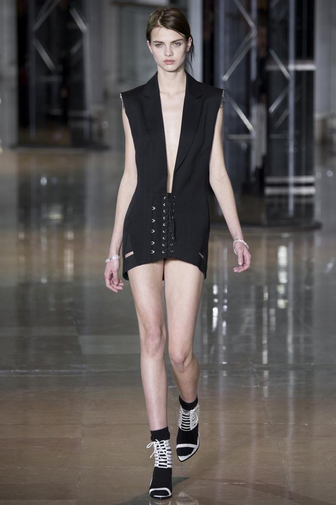 a Prada时装秀场大显复古礼服图片