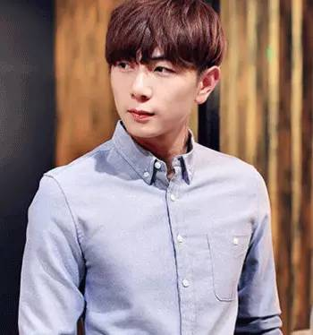 韩国造型颜色潮流?短发染发平添时尚发型,个性丝缕男生剪头发多少钱图片