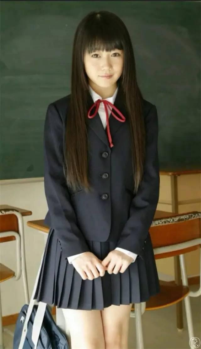 日本女生校服为什么设计那么短紧露?