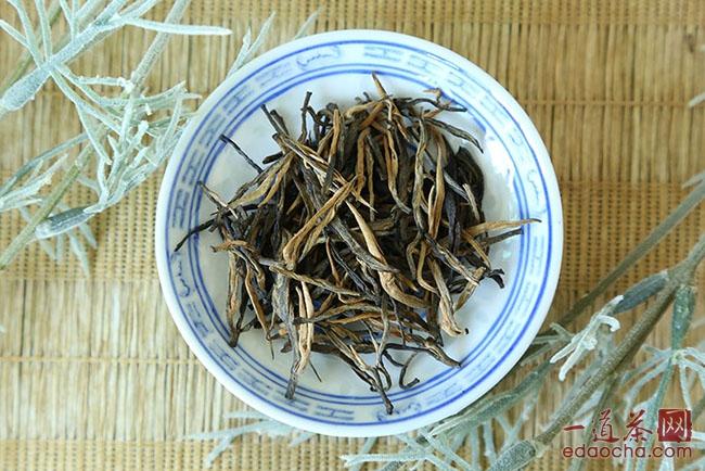 古树红茶展示   我们仔细对比一下这里古树红茶的概念以及上一篇中关于滇红工夫的定义,不难看出,就概念而言,古树红茶其实也是滇红工夫的一种。   二、古树红茶的品质特征   作为滇红工夫的一种,古树红茶的品质特征其实与滇红工夫类似,外形肥壮重实,芽多呈金黄色。冲泡之后,香气鲜纯天然,显果蜜香;茶汤橙红透亮,品质上佳者茶汤红艳剔透;入口之后,茶汤鲜醇甘爽,唇齿留香;叶底红匀嫩亮,芽头肥嫩完整。