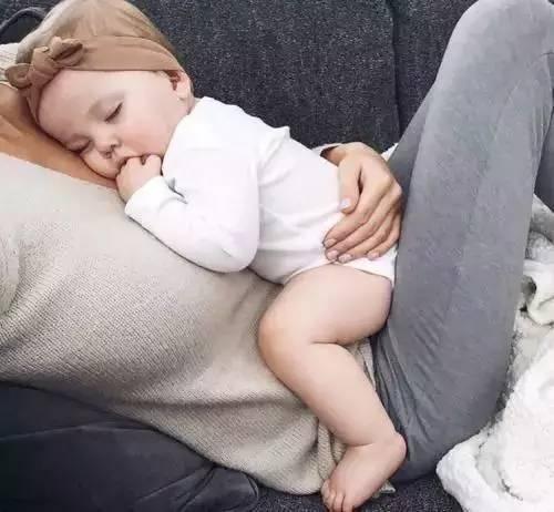 女人,当妈妈的时候睡姿最美!