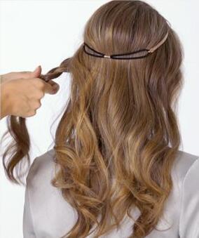 step1:将头发用卷发棒烫出自然的卷度,然后用手指将头发的卷度拨松.图片