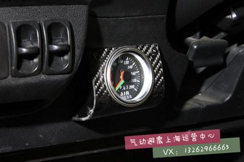 内饰中唯一算得上改装的东西——accu air气动避震车内控制器.图片