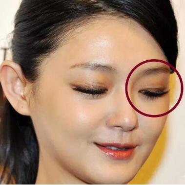 大家快来看看杨幂是怎么贴双眼皮的!
