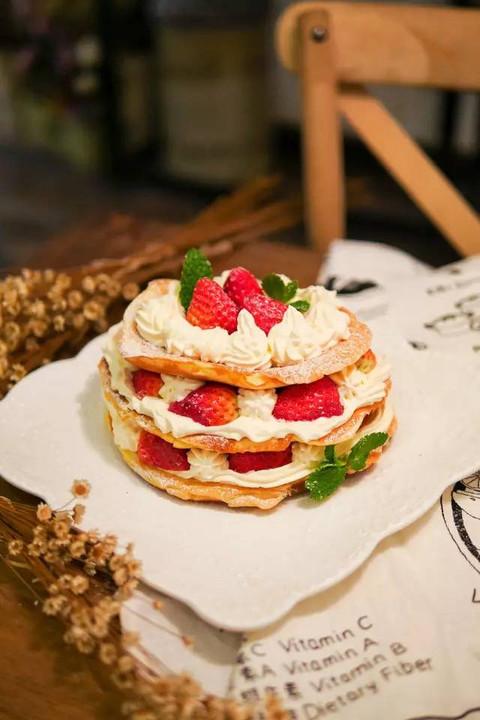 而且不时推出主题类甜品,新鲜感十足,最近更是应景的推出一大波草莓甜