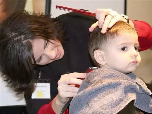 首先我们要明白一个人的头发多还是少,粗还是细,这就跟孩子头发是黑色还是金色一样,几乎就是取决于遗传因素。当然,除此以外,头发多少还会和后天孩子营养摄取是否充足有关。   至于那些所谓的偏方:比如用生姜给孩子擦头皮啦等等,那简直就是故意折磨孩子,对头发多少完全没影响!   事实上,如果你总是给婴幼儿剃头发的话,反而还有可能伤害到宝宝娇嫩的头皮亦或者引起孩子头发生长不均匀。所以除非孩子头发实在太多,宝宝觉得太热甚至引起湿疹的话,小编不建议大家给孩子剃什么满月头、百天头等等。当然,非剃头不可,也要选择婴儿