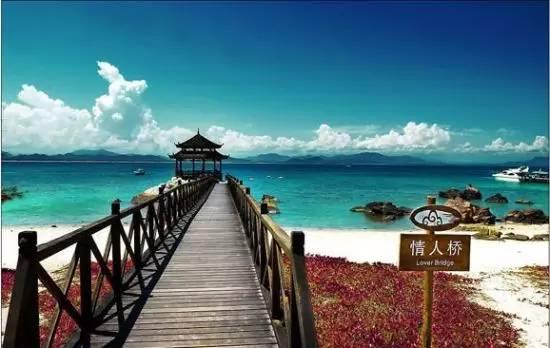 巴厘岛巴厘岛火山、梯田、情人崖   巴厘岛是印度尼西亚最为著名的旅游休闲区,被许多旅游杂志评选为世界上最令人陶醉的度假目的地之一:南部拥有迷人的白色沙滩及温暖的阳光,库塔、杜阿岛是众多游客最喜欢逗留的区域;东部、北部更吸引喜欢户外活动的人,图兰奔是印尼的最佳潜水点之一,登山爱好者则喜欢攀登巴杜尔火山;游览中部可以说是一次艺术之旅,石雕的故乡巴土布兰、银器村苏鲁村、艺术重镇乌布让人感受宗教氛围和文化气氛。   塞舌尔塞舌尔一岛尽览万千风光   来到塞舌尔,没有什么是必须做必须看的,远离喧嚣世界,塞舌尔