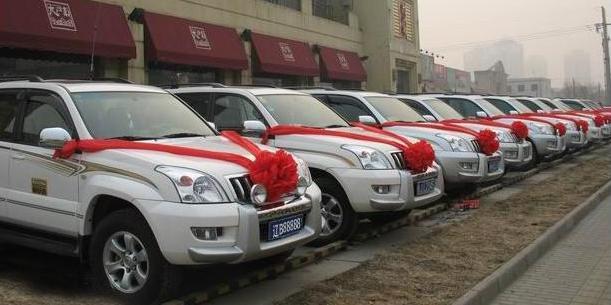 哈尔滨现霸道车队60多辆霸道越野车当婚车够任性