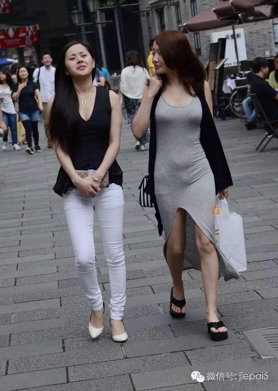 街拍 短裤紧身裤尽显迷人长腿图片
