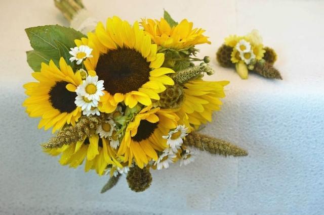 向日葵手捧花朝着幸福转动一刻不停