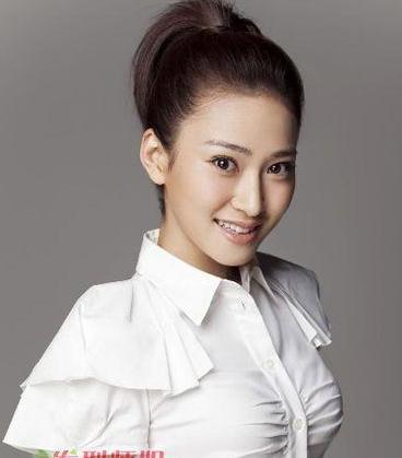 斜刘海从眉毛的位置开始打理起来,夏季的女生扎短发的马尾辫,刘海要