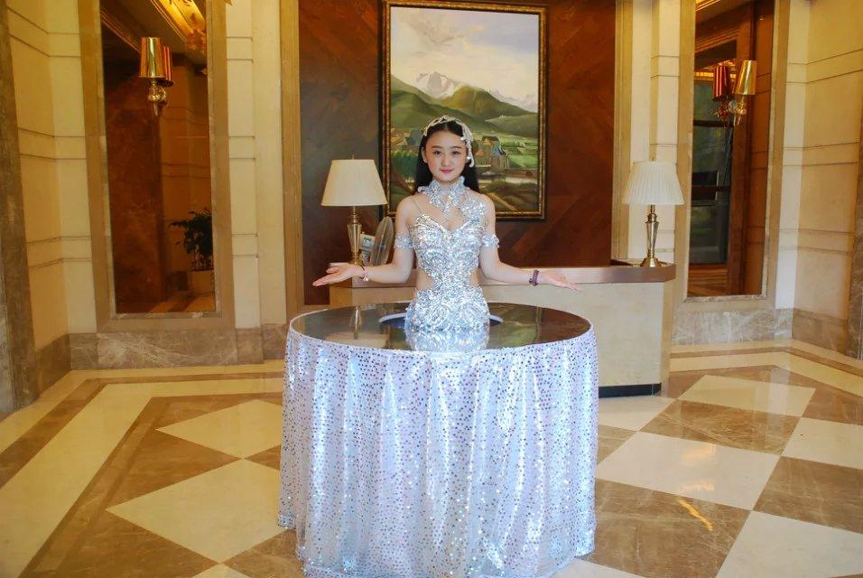 重庆一胸罩开业雇请酒店当餐桌秀色可餐的视频撕美女美女掉图片