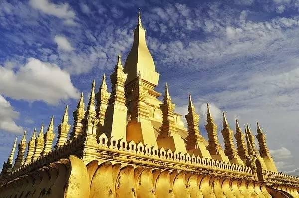 塔銮是老挝最著名的佛塔,始建于1560年塞塔提腊国王统治时期,塔身高大