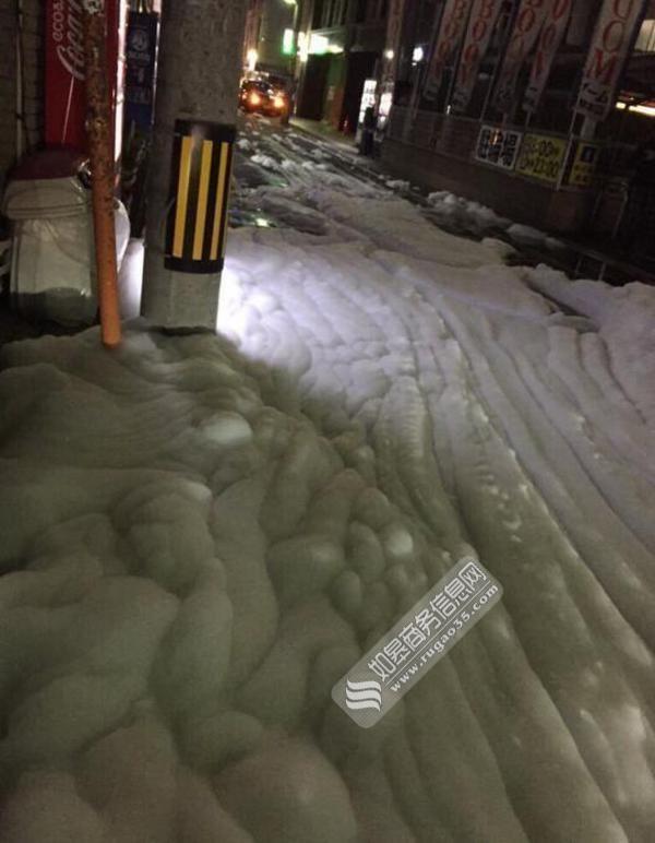 福冈震后现泡沫似大雪飘落 街上一片雪白无人欣赏