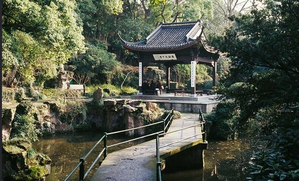 想象你身在杭州城内,却能够体会在野外山林里寻觅的那种感觉,想想都