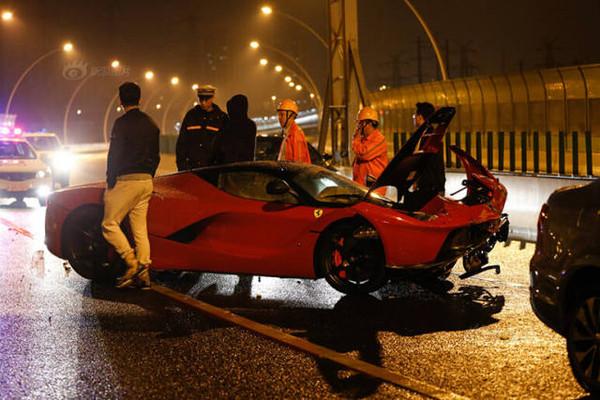 价值1200多万的超跑完成中国首撞,汽车界的四大神车在国内撞齐了
