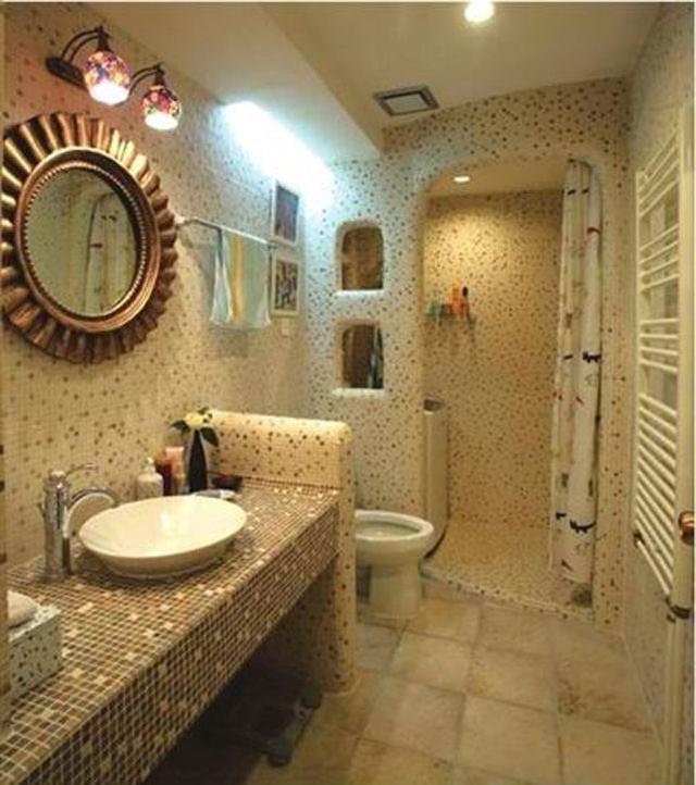 卫生间的地面装修选用有凸起花纹的防滑地砖