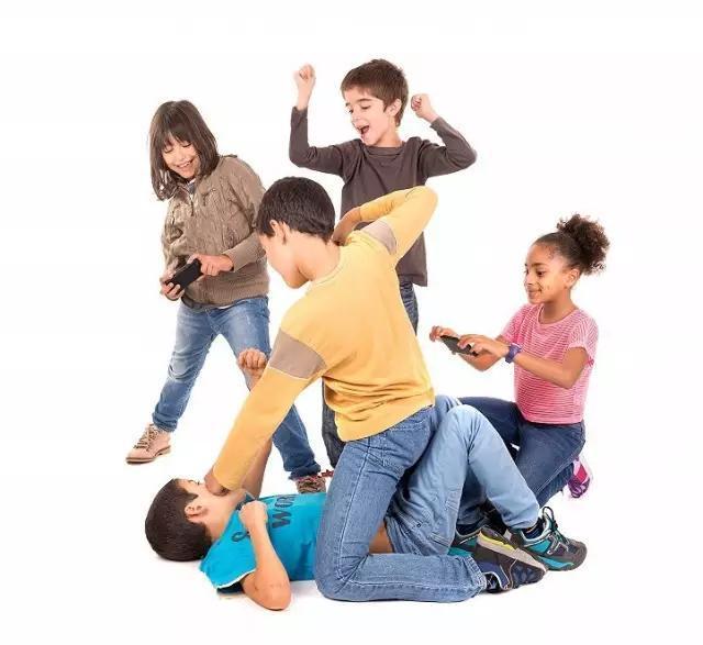无法无天!中学旅游群殴老师,拳打脚踢抡板凳砸