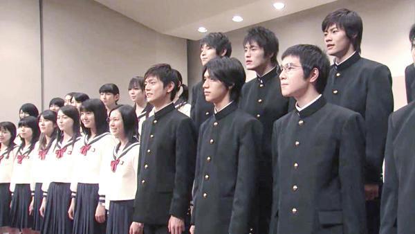 走出奥秘之日本物理高中生制服的高中科学质谱仪男子图片