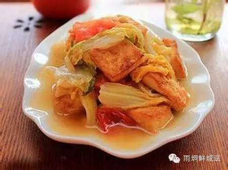 1)将豆腐洗净后,切成丝.西红柿洗净后切成小块.白菜切成见方的小块.大肠猪酸菜怎么做好吃图片
